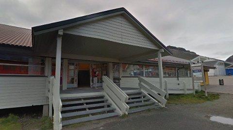 I dette kombinerte bygget sentralt i Longyearbyen ligger Sparebank1 Nord-Norge som fredag ble ranet.