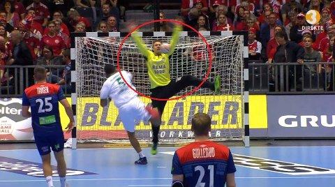 I FLEISEN: Espen Christensen får ballen rett i ansiktet.