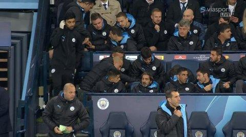 FORBANNET: Pep Guardiola slår i stolen foran seg når John Stones ikke er klar til å bli byttet inn.