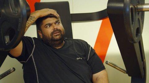 OVERRASKET: Abu Hussain får seg en overraskelse da Silje Sandmæl forteller hvordan det står til med privatøkonomien hans.