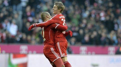 TIL ENGLAND? Toni Kroos-ryktene fortsetter. Her jubler han sammen med lagkamerat i Bayern, Arjen Robben (t.v). Foto: Christof Stache / Afp