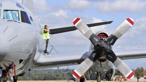 LETER: Et Orionfly tilhørende flyvåpenet til New Zealand forbereder seg på å ta av fra en australsk flybase i Pearth 6. april. Signaler fanget opp i Indiahavet gir håp om at rute MH370 snart blir funnet.