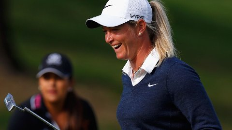 I GODT HUMØR: Suzann Pettersen smiler etter at hun senket en birdieputt og forbedret seg til fem under par under førsterunden av North Texas LPGA Shootout.