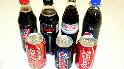 VANLIG ELLER LETTBRUS? Ønsker du å redusere kroppsvekten kan lettbrus være et bedre alternativ i forhold til brus og annen sukkerholdig drikke. (Illustrasjonsbilde)