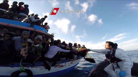 REDDET: 28 mennesker er plukket opp i live etter det som trolig er den største tragedien med båtflyktninger i Middelhavet. 950 mennesker skal ha vært om bord i båten da den veltet og sank.