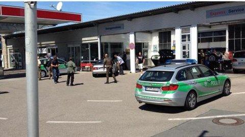 TATT: Gjerningspersonen er tatt. Den grå Mercedesen på bensinstasjonene der pågripelsen fant sted.