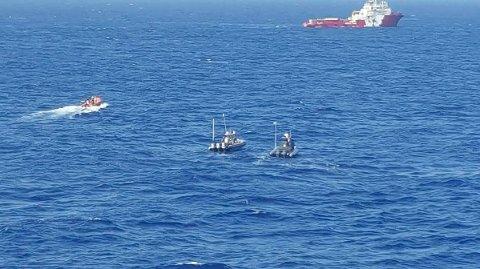 Opptil 100 mennesker er savnet etter at en gummibåt kantret utenfor Libyas kyst onsdag. Mannskapet på norske Siem Pilot har tatt om bord 29 overlevende og 12 døde.