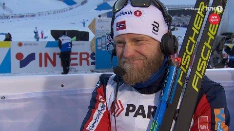 SURT: Martin Johnsrud Sundby synes ikke det er særlig stas å se seg selv falle i siste bakke før mål, når NRK viser ham klippet.