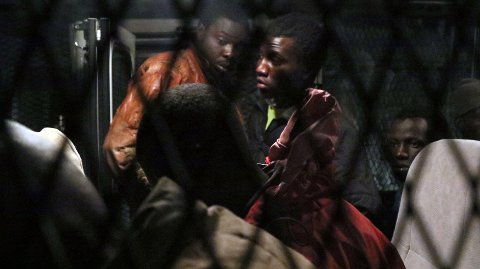 Migranter som skal ha forsøkt å krysse Middelhavet på veien til Europa sitter i en politibil etter pågripelser i Tripoli i april 2016.