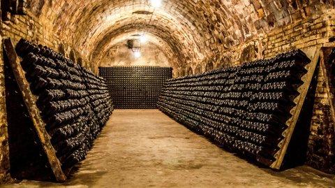 MUSSERENDE VIN: Det var den britiske bryggeren Christopher Merrett som på 1600-tallet kom på og utviklet metoden for å lage musserende vin. Han utviklet også de karakteristiske champagneflaskene som er sterke nok til å motstå trykket inne i flasken. Merrett dokumenterte oppfinnelsen i 1632, seks år før den franske munken Dom Perignon - som gjerne krediteres med oppfinnelsen - ble født.
