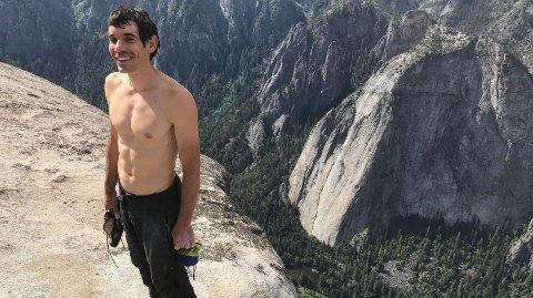 PÅ TOPPEN: Klatrer Alex Honnold står på toppen av El Capitan etter nesten fire timer alene i veggen uten tau eller sikkerhetsutstyr av noe slag. Han ble lørdag 3. juni 2017 den første til å frisoloere den beryktede granittveggen.
