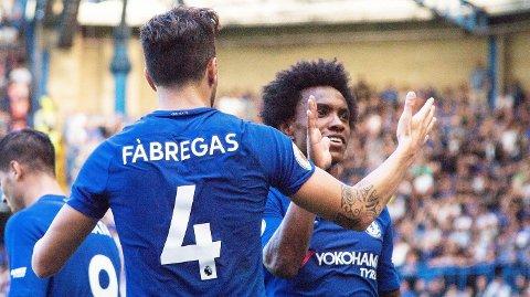OVERLEGNE: Willian og Cesc Fabregas feirer sistnevntes 1-0-scoring for Chelsea mot Everton.