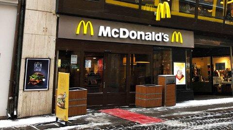 HURTIGMAT: Etter en lengre shoppingrunde i førjulstida er det kanskje ekstra fristende stikke innom en hurtigmatkjede som McDonald's for en rask matbit. I så fall har ernæringsfysiolog Helge Felberg et godt råd.