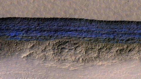 IS PÅ MARS: Ved å studere flere bilder av Mars, konkluderer geolog Colin Dundas med at det er et stort belte med isfjell rundt midtpartiet av Mars. Bildet er hentet fra NASA.