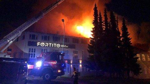 En storbrann natt til mandag førte til at om lag 100 mennesker måtte evakueres.