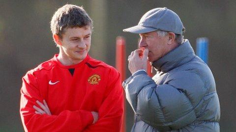 SAMMEN: Ole Gunnar Solskjær får besøk av Sir Alex Ferguson på treningsfeltet, lørdag.
