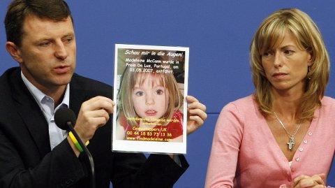 Foreldrene Gerry og Kate McCann avbildet under en pressekonferanse i Berlin i 2007, en snau måned etter forsvinningen. Foreldrene har aldri gitt opp håpet om å finne datteren, og leteaksjonen pågår fortsatt – nesten tolv år etter.