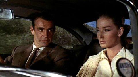 BOND-PIKE: Tania Mallet som Tilly Masterson sammen med Sean Connery som James Bond i den klassiske bondfilmen «Goldfinger» fra 1964.