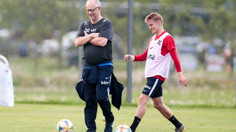 GOD STEMNING: Martin Ødegaard og Lars Lagerbäck smilte og lo på landslagets trening torsdag. Lagerbäck visste om hva som kom onsdag kveld.