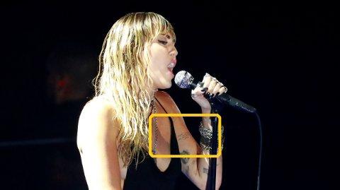 VEKKER OPPSIKT: De nye tattoveringen til Miley Cyrus, som hun viste frem under nattas VMA-utdeling, har fått flere til å sperre opp øynene.