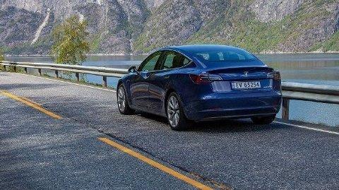 Tesla Model 3 har mindre batteri, men likevel lengre rekkevidde enn Volvos Polestar 2. Volvo uttaler at den amerikanske elbilprodusenten ligger «milevis foran alle andre» når det gjelder energieffektivitet.
