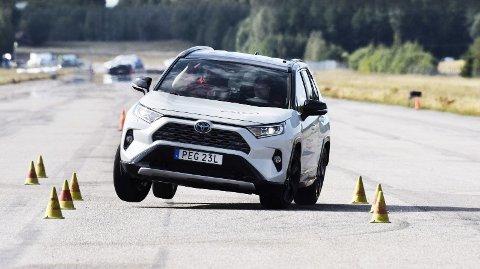 Nye Toyota RAV4 overrasker i negativ retning, når bilen settes på prøve i Teknikens Världs «Elgtest».