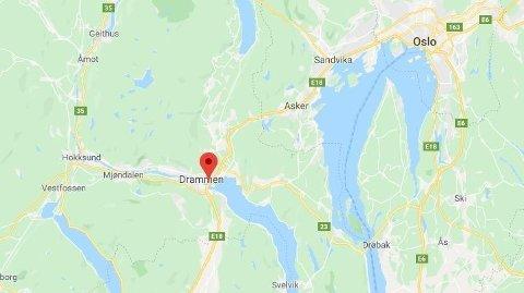 SOVNET: Sjåføren skal ha sovnet bak rattet før han kjørte rett i autovernet like ved innkjøringen til Drammen.