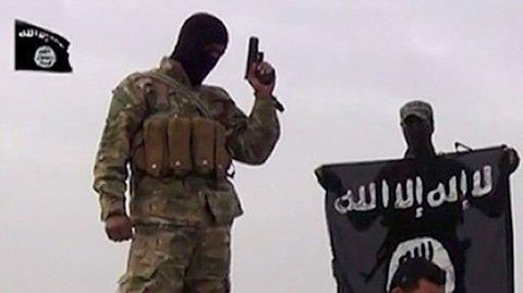 Arkivbilde av IS-krigere som angivelig er i ferd med å likvidere en forsvarsløs fange. Flere europeiske land, deriblant Norge, tar til orde for at europeiske IS-krigere skal straffeforfølges for krigsforbrytelser i spesialopprettede domstoler i regionen, som for eksempel Irak.