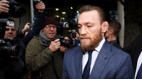 DØMT:Conor McGregor forlater retten i Dublin etter å ha fått en bot for overfall.