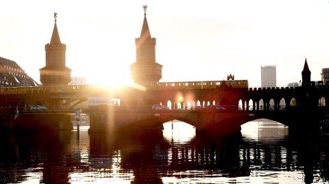 GRENSEBRO: Den symboltunge Oberbaumbrücke over elva Spree i Berlin. I årene fra 1961 til 1989 var dette en strengt bevoktet grenseovergang mellom østlig og vestlig sektor i Berlin.