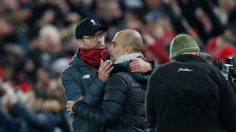 TRØST: Jürgen Klopp gir sin kollega Pep Guardiola trøst etter nok en Liverpool-seier.