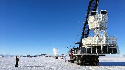 Denne maskinen har registrert partikler i Antarktis den ikke skulle ha registrert. Mens forskere sliter med å forklare observasjonene, knaker det i fysikkens forklaringsmodell kjent som Standardmodellen, skriver magasinet Live Science.