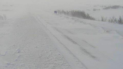 UVÆR: Snøfokk og uvær stenger flere veier i Finnmark. Her fra E6 over Sennalandet i mars.