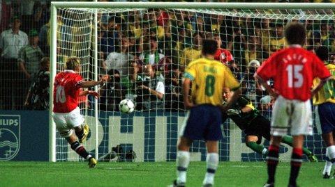 MIRAKELET I MARSEILLE: Kjetil Rekdal gjør 2-1 for Norge mot Brasil, St. Hansaften 1998. Foto: Erik Johansen / NTB Scanpix