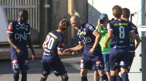 MÅLDANS: Mikkel Maigaard (nr 20) scoret på to straffespark da Strømsgodset slo Sarpsborg 3-2.