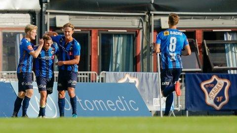Stabæk-laget feirer Kornelius Normann Hansens 2-2 mål.