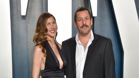 HYLLER KONA: Adam Sandler hyller kona i en ny post på Instagram. Her er paret avbildet under årets Oscarfeiring.