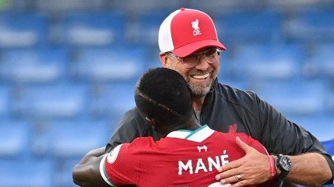 Jürgen Klopp gratulerer Sadio Mané etter Chelsea-kampen.