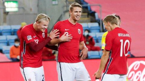 FESTSJEF: Erling Braut Haaland scoret to mål sist Norge spilte mot Nord-Irland. Her feirer Kristoffer Ajer og Martin Ødegaard sammen med Braut Haaland etter jærbuens 3-0-mål. Foto: Vidar Ruud / NTB