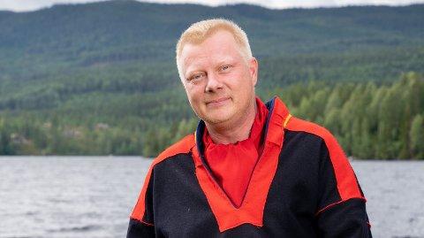 TRAKK SEG: På TV ser det ut til at Nils Kvalvik «tar en for laget» etter at han velger å være den som drar som en konsekvens av regelbrudd inne på gården. Virkeligheten var derimot en annen.
