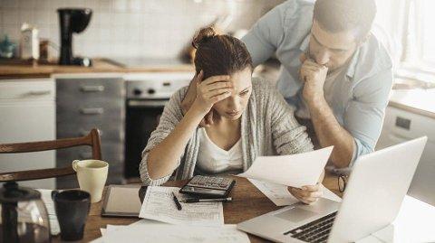 Arbeidsledighet, betalingsanmerkinger og inkassosaker kan skape en alvorlig økonomisk situasjon der man blir tynget ned av dyr gjeld og lån med høye renter. Refinansiering med lån i bolig er for mange den beste måten å komme seg ut av problemene på.