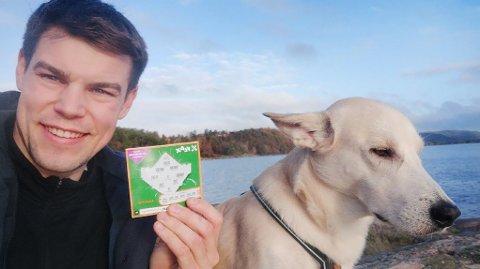 MILLIONLODDET: Aleksander og hunden Hektor med vinnerloddet.