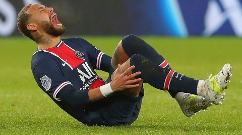 I SMERTER: Neymar måtte ut med skade på overtid i oppgjøret mot Lyon.