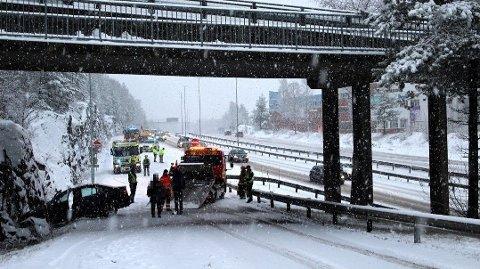 Det har vært flere ulykker på Romerike 2. juledag. Personene som var involvert i denne utforkjøringen på riksvei 159 slapp unna uten alvorlige skader.
