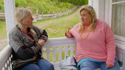 KASTER INN HÅNDKLEET: Skovdahl må fortelle storbonde Eli Kari Gjengedal at hun trekker seg fra «Farmen kjendis» i tirsdagens episode.