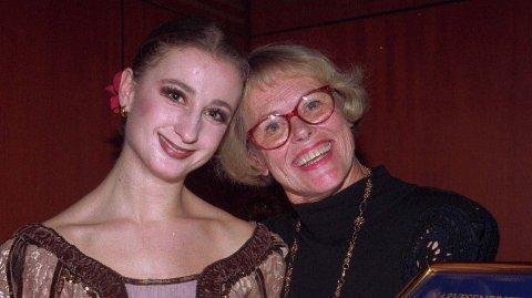 """Jorunn Kirkenær (t.h.) var Oslo Norsk balletts """"grand old lady"""". her sammen med dengang ballett-talentet Line Alsaker på midten av 90-tallet."""