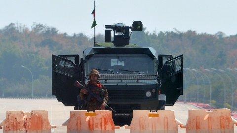 VEISPERRING: En soldat står ved en veisperring utenfor parlamentet i Naypyidaw, hovedstaden i Myanmar.