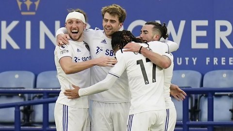 Leeds Uniteds Jack Harrison (t.h.) feirer scoringen sin mot Leicester sammen med lagkameratene. Vi tror Yorkshire-laget kan få mer å juble for mandag.