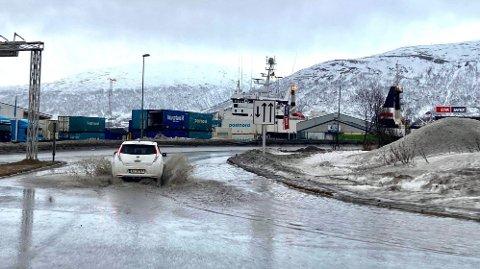 STOR SPRUT: Flere steder langs veiene i Tromsø må man gjennom små innsjøer.