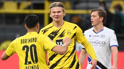 Dortmunds brasilianske midtbanespiller Reinier og Erling Braut Haaland feirer seieren mot Arminia Bielefeld i helgen. Vi tror de får mer å juble for tirsdag i den tyske cupen.